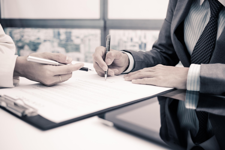 Kädet, kirjoittavat paperille