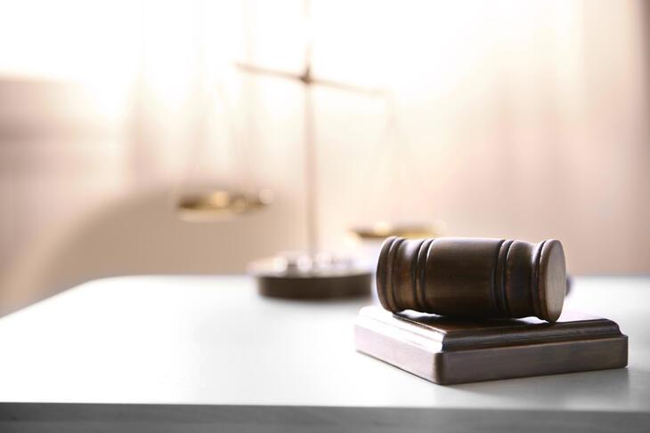 Tuomarin nuoja ja paino pöydällä