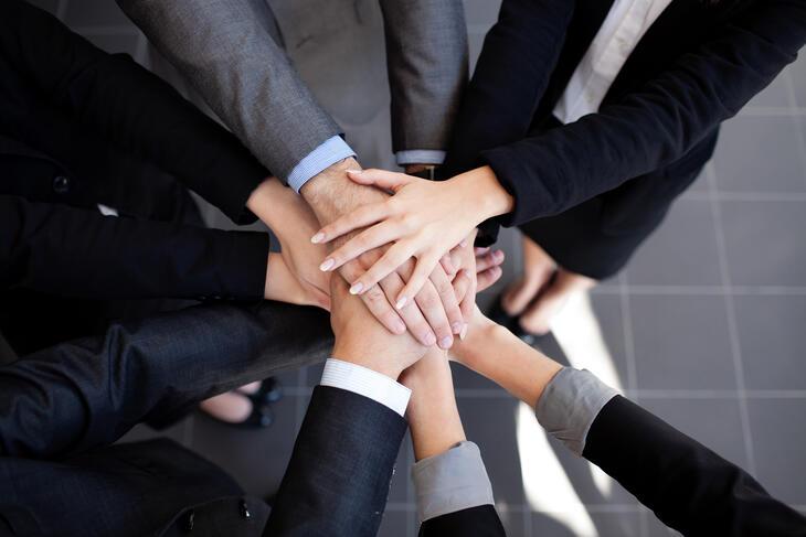 Ryhmä ihmisiä, kädet