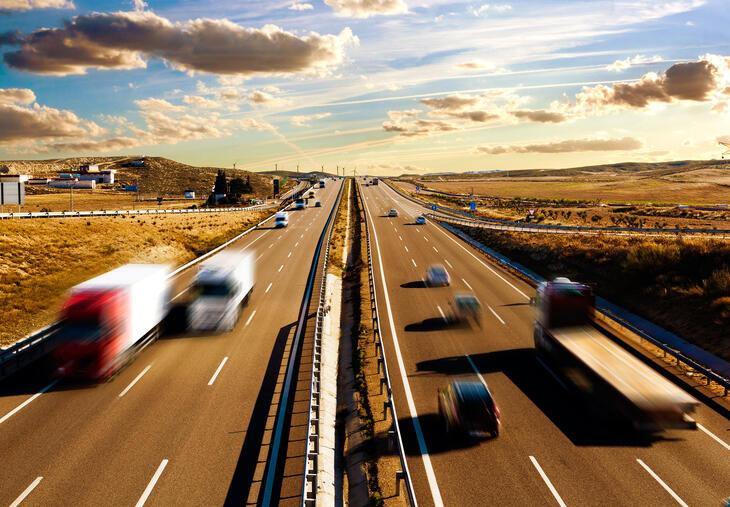 Moottoritie jossa liikennettä