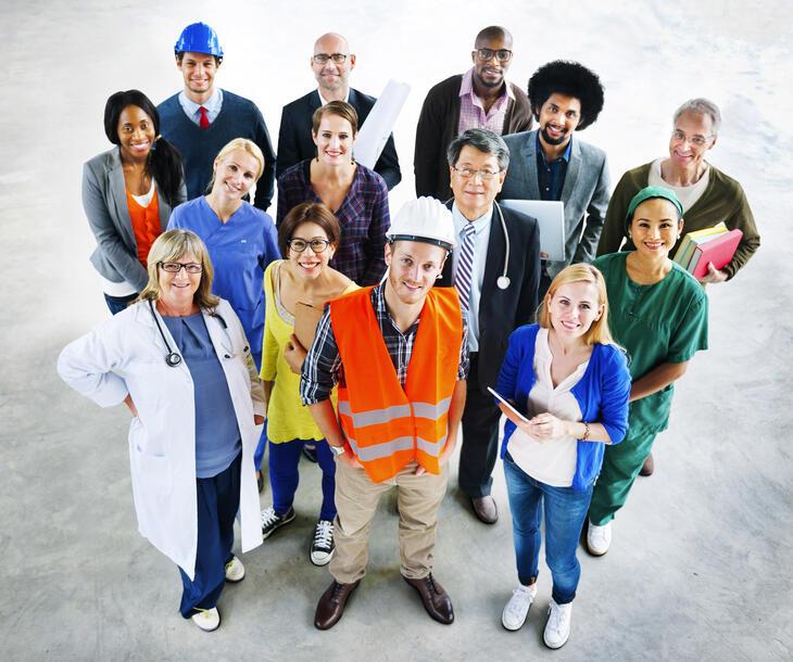 Ryhmä ihmisiä, eri ammatteja
